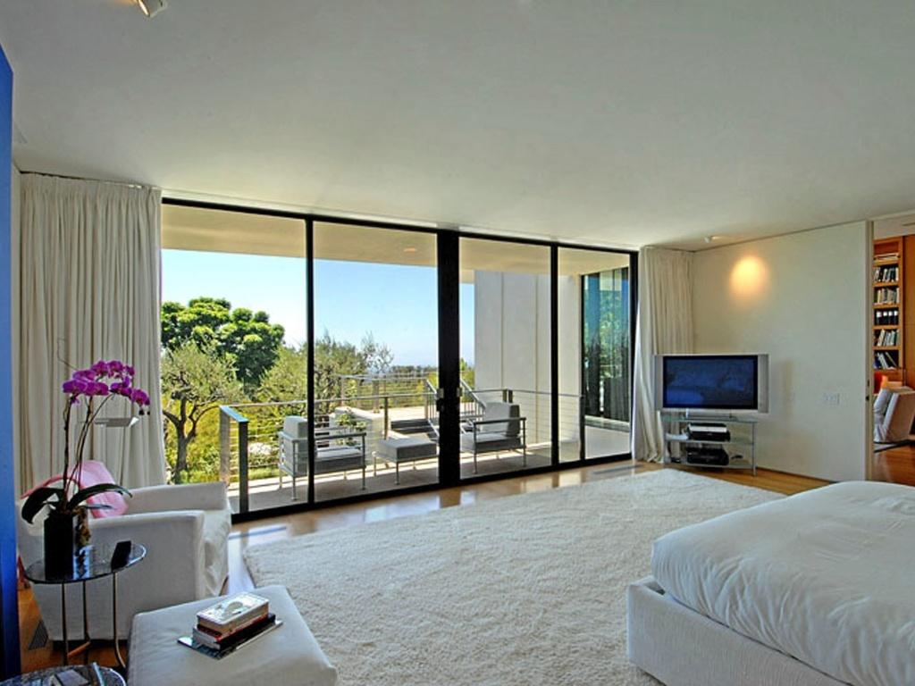 Jennifer Aniston comprou uma mansão de 8.500 metros quadrados, em Bel Air, em Los Angeles, e conseguiu por um bom preço, pois o proprietário queria US$ 24 milhões, mas ela