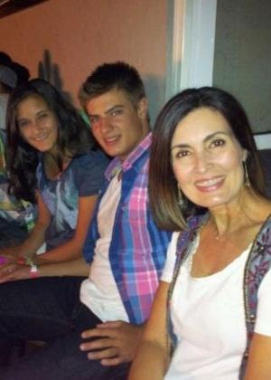 No Twitter, Fátima Bernardes posta foto ao lado dos filhos e um amigo (25/1/12)