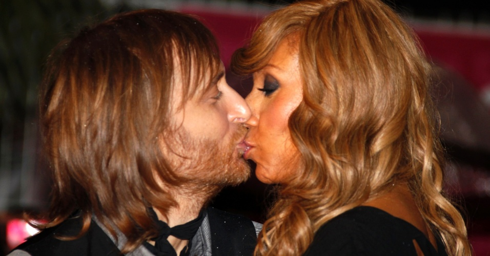 O DJ David Guetta beija a esposa Cathy no tapete vermelho do NRJ Music Awards em Cannes, na Fran&#231;a &#40;28/1/12&#41;