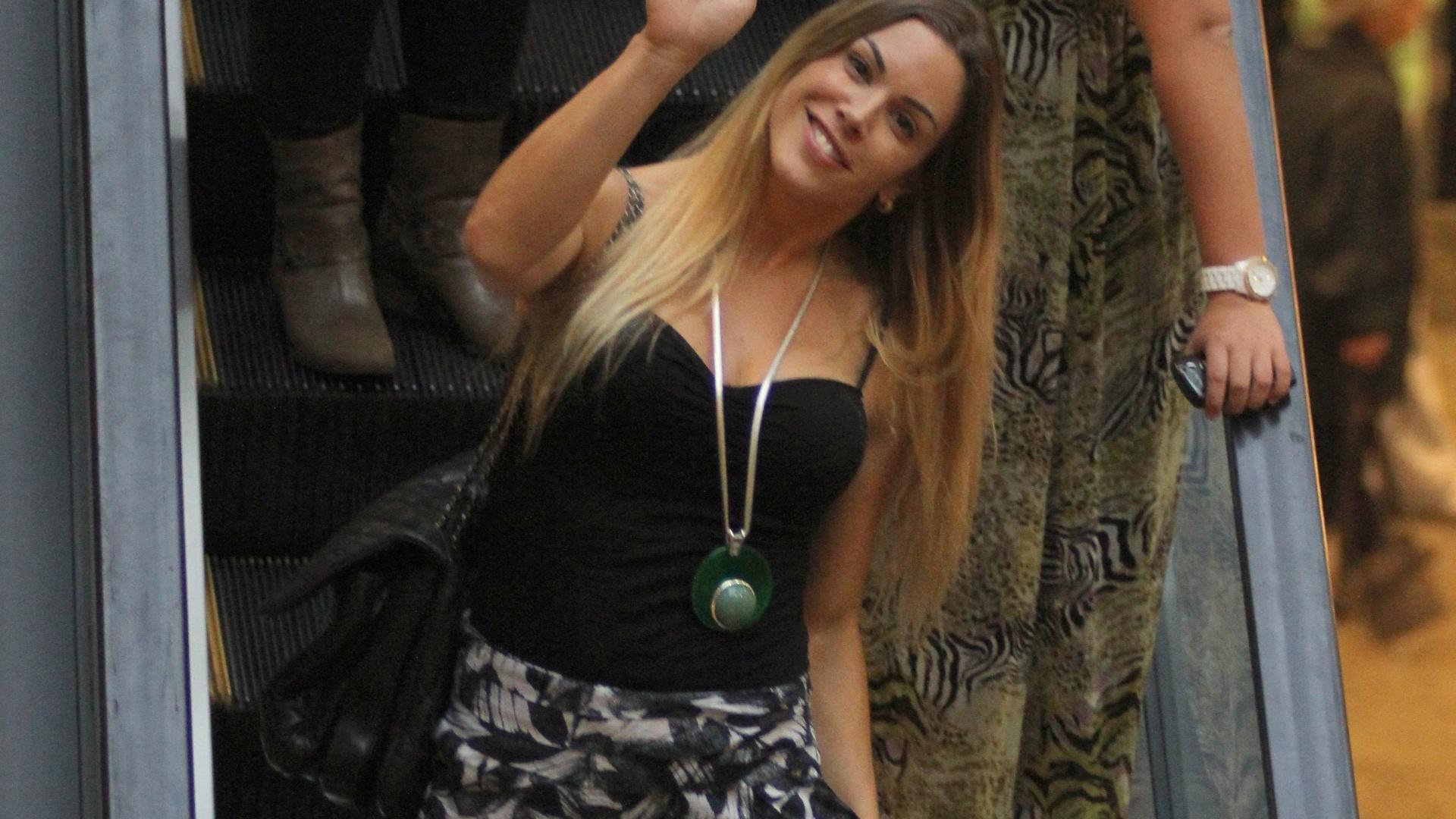 Simpática, Joana Prado acena para fotógrafo enquanto passeava por shopping na Barra, Rio de Janeiro (28/1/12)