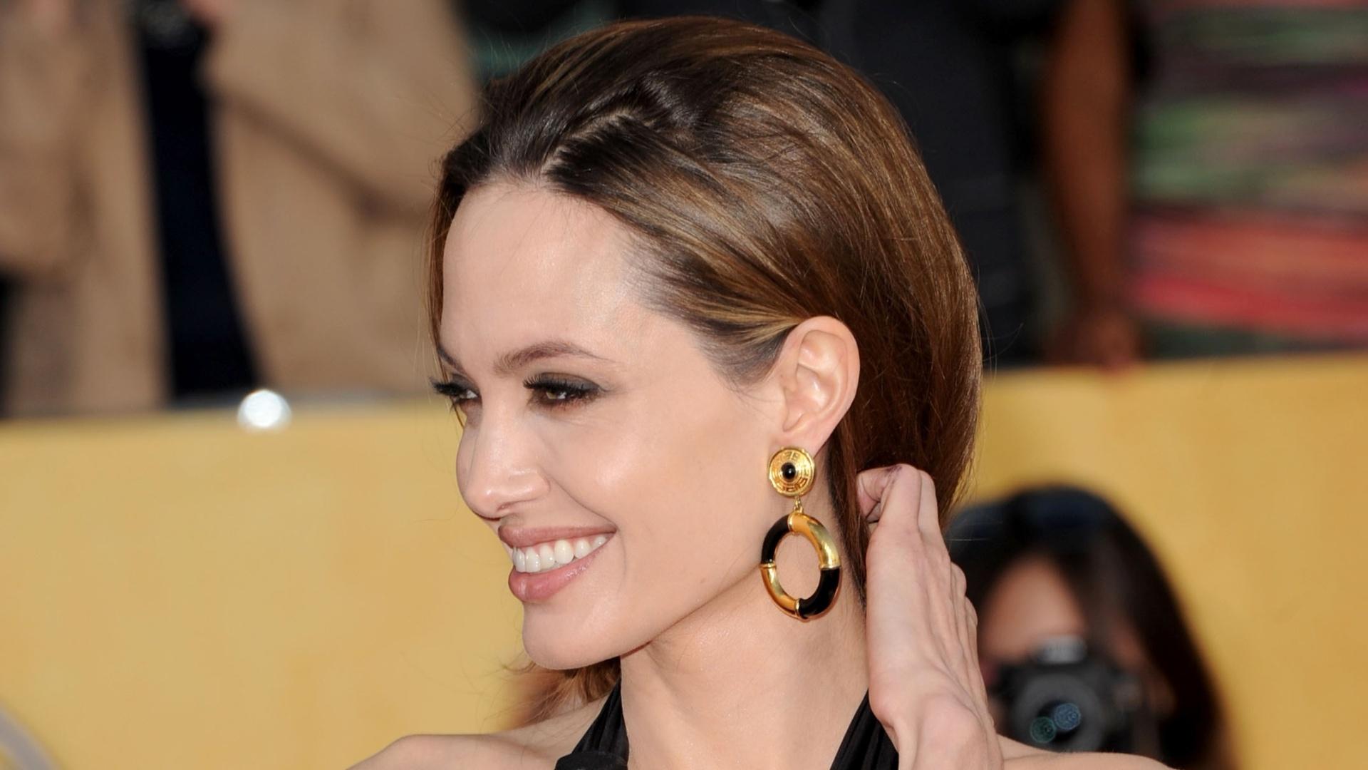 Angelina Jolie posa para os fotógrafos no tapete vermelho do Screen Actors Guild Awards em Los Angeles. O marido de Angelina, Brad Pitt está concorrendo ao prêmio de Melhor Ator pelo filme
