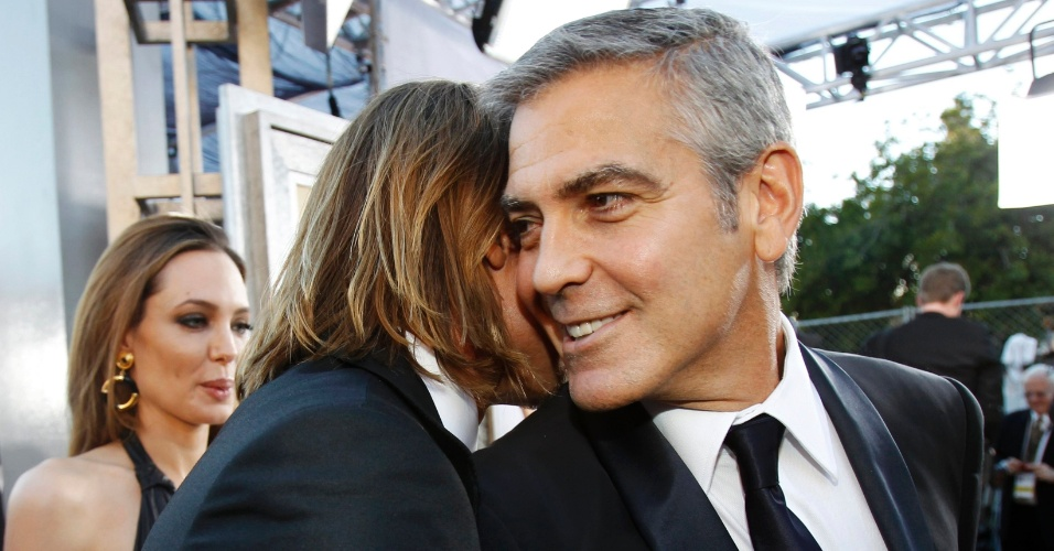 Brad Pitt conversa com o amigo George Clooney no Screen Actors Guild Awards em Los Angeles. Brad Pitt  est&#225; concorrendo ao pr&#234;mio de Melhor Ator pelo filme&#34;O Homem que Mudou o Jogo&#34; (29/1/12)