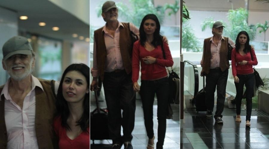 Francisco Cuoco passeia acompanhado da namorada, Thais Rodrigues, em shopping do Rio (30/1/12)