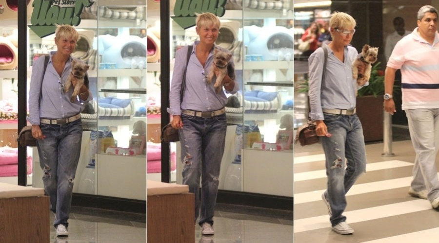 Xuxa passeia em shopping acompanhado do c&#227;ozinho, Dudu, no Rio (30/1/12)