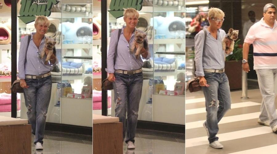 Xuxa passeia em shopping acompanhado do cãozinho, Dudu, no Rio (30/1/12)