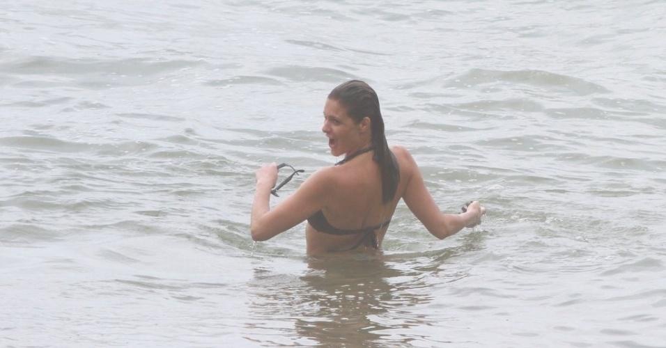 Fernanda Lima aproveita o mar da Prainha, praia localizada na zona oeste do Rio (31/1/12)