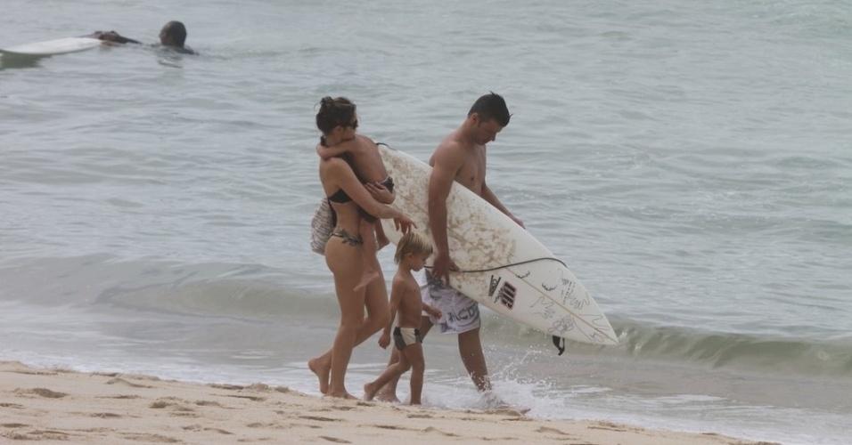 Fernanda Lima e Rodrigo Hilbert curtem praia acompanhados dos filhos, João e Francisco, no Rio (31/1/12)