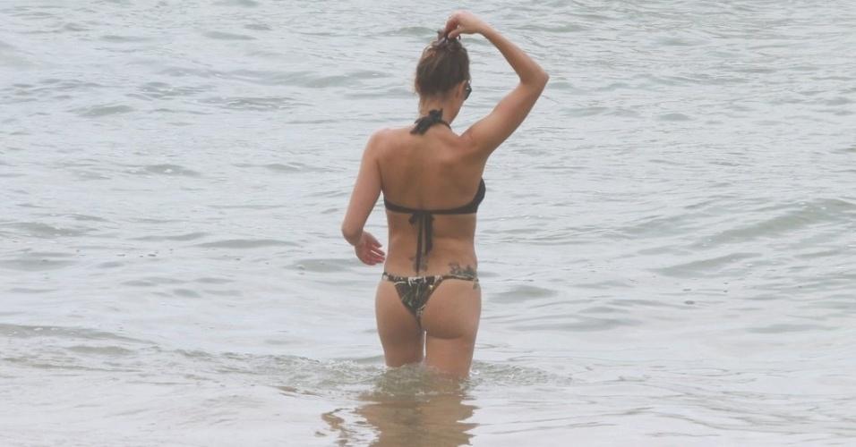 Fernanda Lima entra no mar da Prainha, praia localizada na zona oeste do Rio (31/1/12)