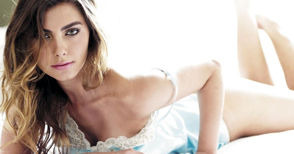 """Filha do apresentador Datena, Letícia Wiermann,  faz ensaio sensual para revista """"Vip"""" e exibe boa forma na seção """"Preliminares"""" da edição de fevereiro (2012)"""