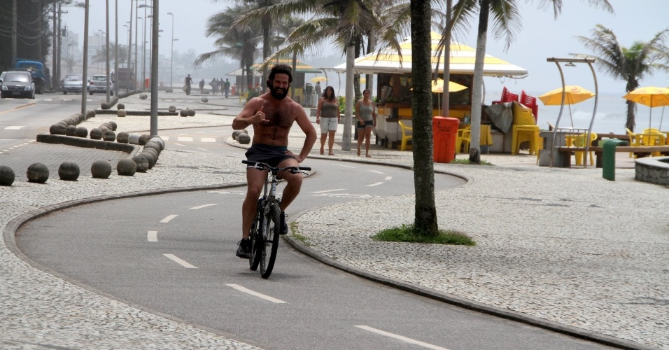 Iran Malfitano anda de bicicleta no Recreio, zona oeste do Rio (31/1/12)