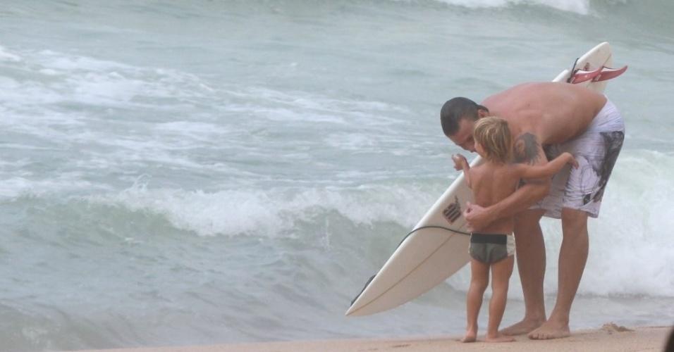 Rodrigo Hilbert abraça o filho após surfar na Prainha, zona oeste do Rio (31/1/12)