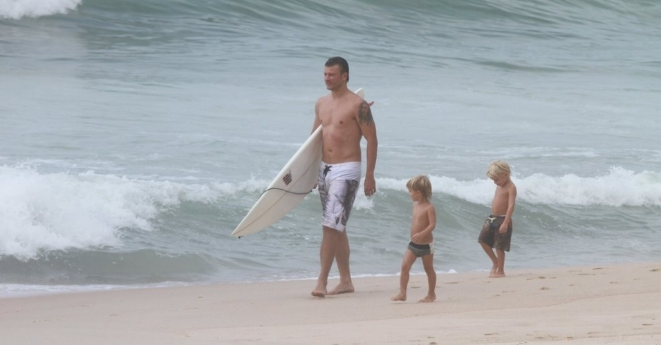 Rodrigo Hilbert curte praia acompanhado dos filhos, João e Francisco, no Rio (31/1/12)