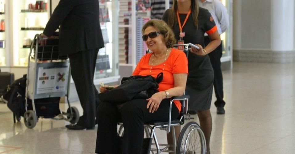 """Após machucar um dos dedos do pé esquerdo, Eva Wilma aparece se locomovendo de cadeira de rodas no Aerporto Santos Dumont, no Rio de Janeiro. A assessoria da atriz informou que não é nada grave, que foi apenas uma batida em casa. Ela interpreta a personagem Tia Íris na novela """"Fina Estampa"""", da Globo (1/2/12)"""