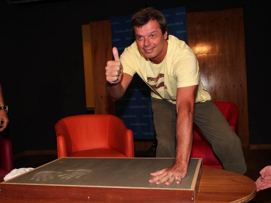 Fernando Deluque faz molde de suas mãos para a calçada da Fama do Rock Brasileiro na Livraria Cultura, em São Paulo (1/2/2012)