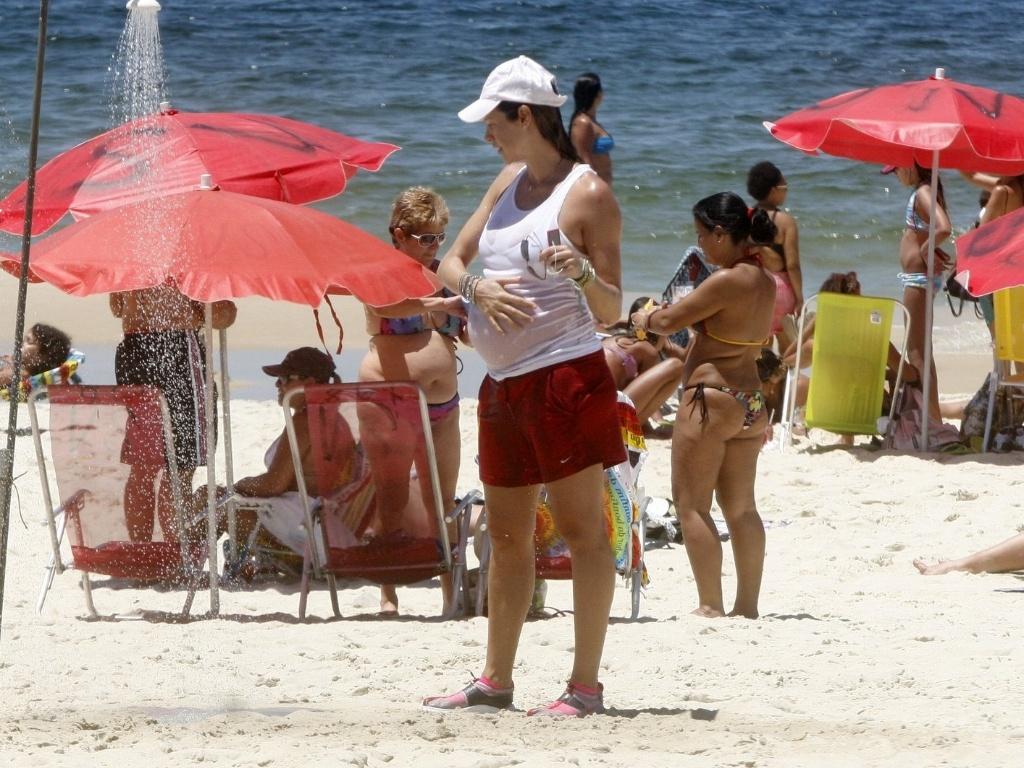 Grávida, Luana Piovana curte praia no Leblon, zona sul do Rio (1/2/2012)