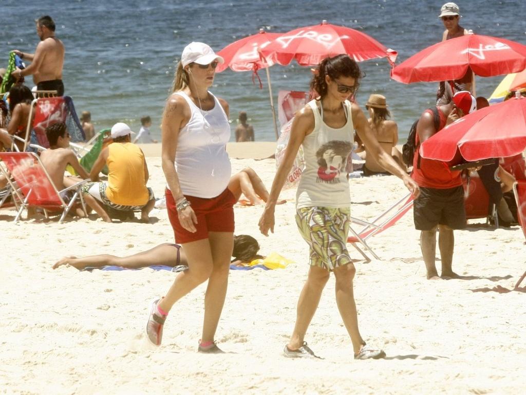 Luana Piovani caminha pela praia do Leblon, zona sul do Rio (1/2/2012)