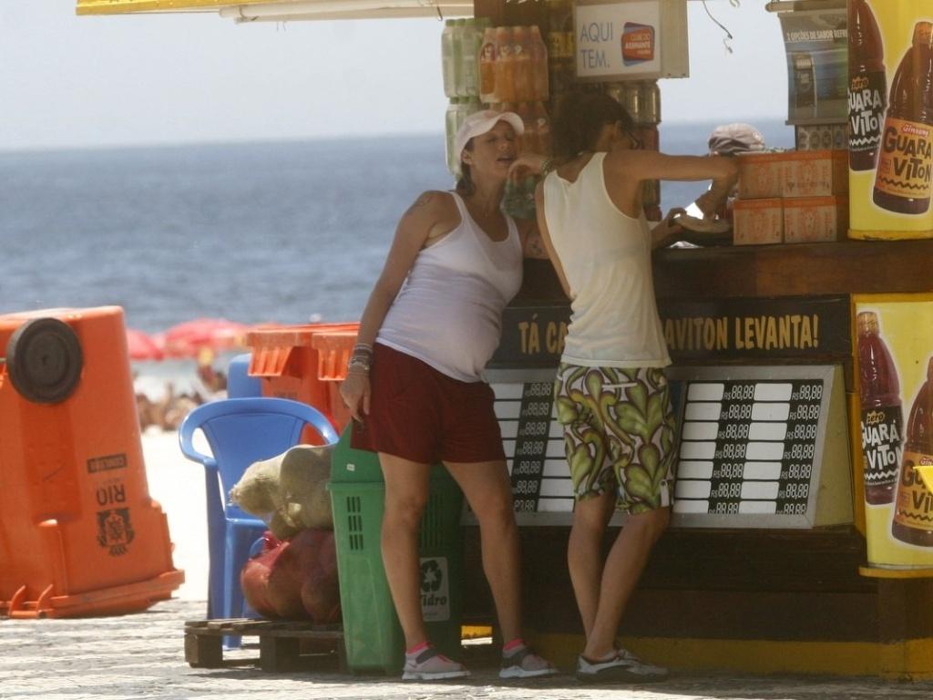 Luana Piovani vai ate um quiosque com a amiga no Leblon, zona sul do Rio (1/2/2012)