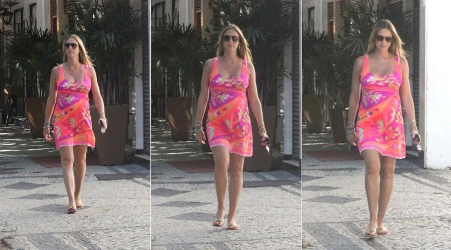 Mais tarde, Luana Piovani fez um passeio pelo bairro do Leblon, zona sul do Rio (1/2/2012)