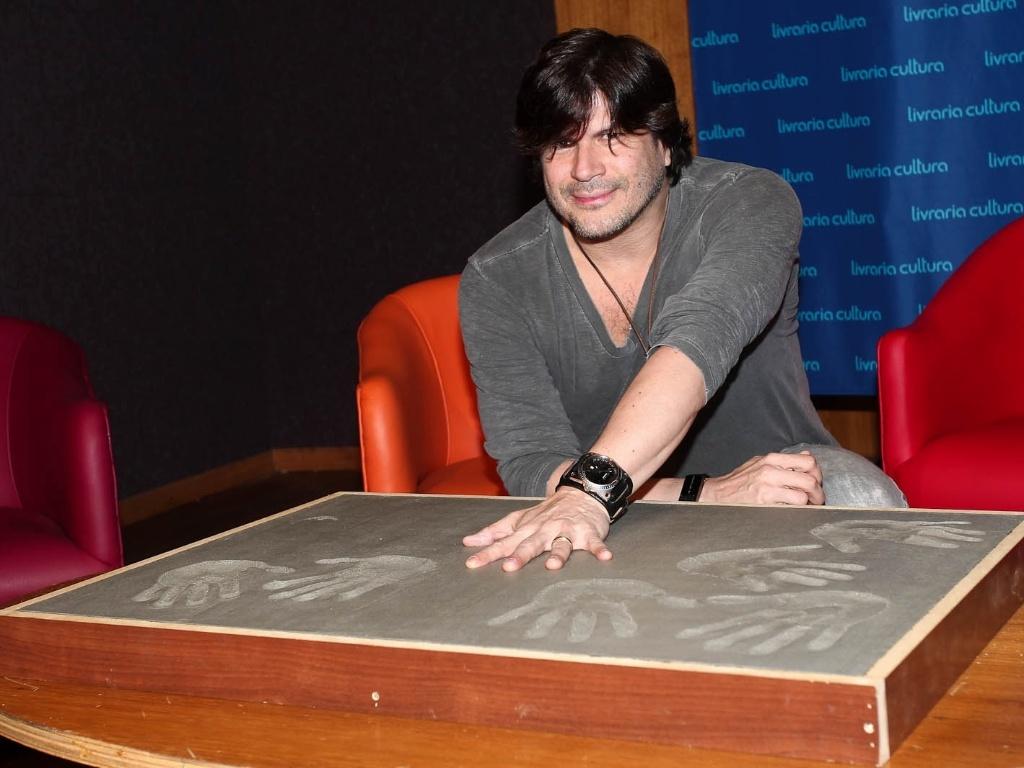Paulo Ricardo faz molde de suas mãos para a calçada da Fama do Rock Brasileiro na Livraria Cultura, em São Paulo (1/2/2012)