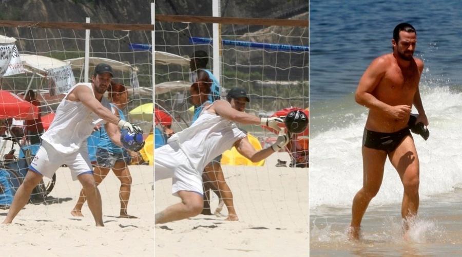 Carlos Bonow joga futebol na praia do Leblon, zona sul do Rio (2/2/2012)