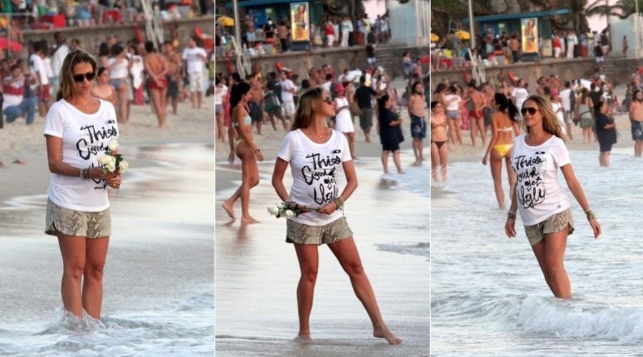 Luana Piovani joga flores no mar como oferenda para Iemanjá (2/2/2012)