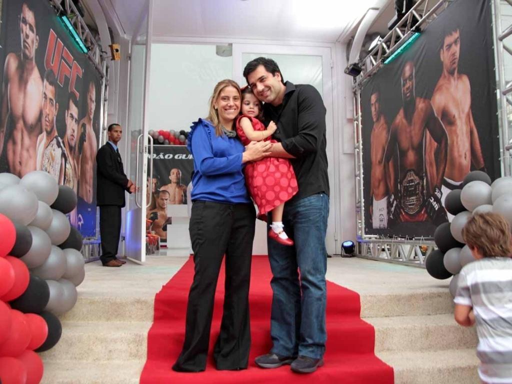 Daniela Zurita e Edu Guedes comparecem ao aniversário de João Guilherme, filho de Fausto Silva, acompanhados da filha Maria Eduarda (3/2/2012)