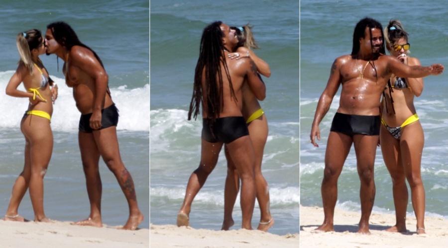 Marcelo Falcão troca beijos com loira na praia do Recreio, zona oeste do Rio (3/2/2012)