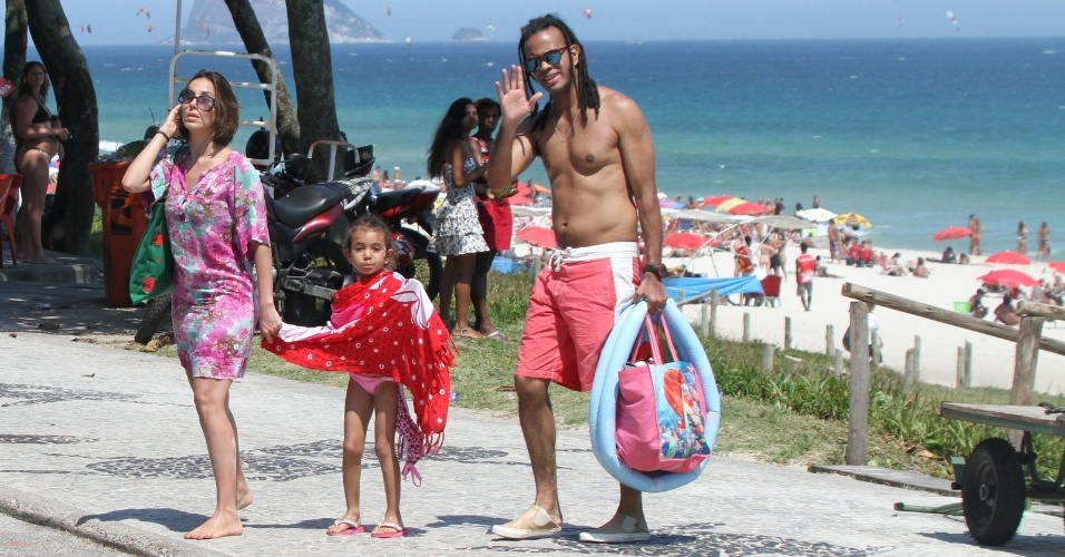 Tania Khalill e Jair Oliveira levam a filha Isabela à praia na Barra da Tijuca, zona oeste do Rio (4/2/2012)