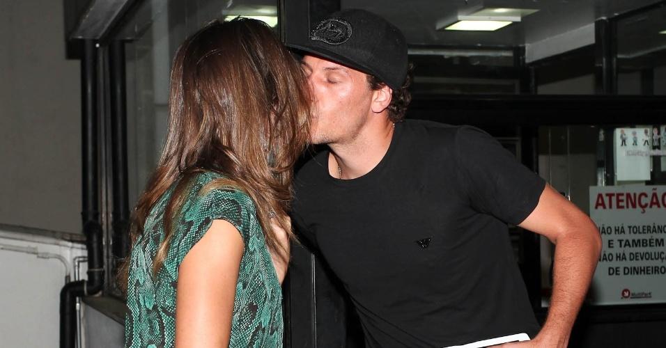 Elano deu um selinho na mulher Alexandra, antes do casal entrar na festa de aniversário de Neymar, em São Paulo (5/2/12)