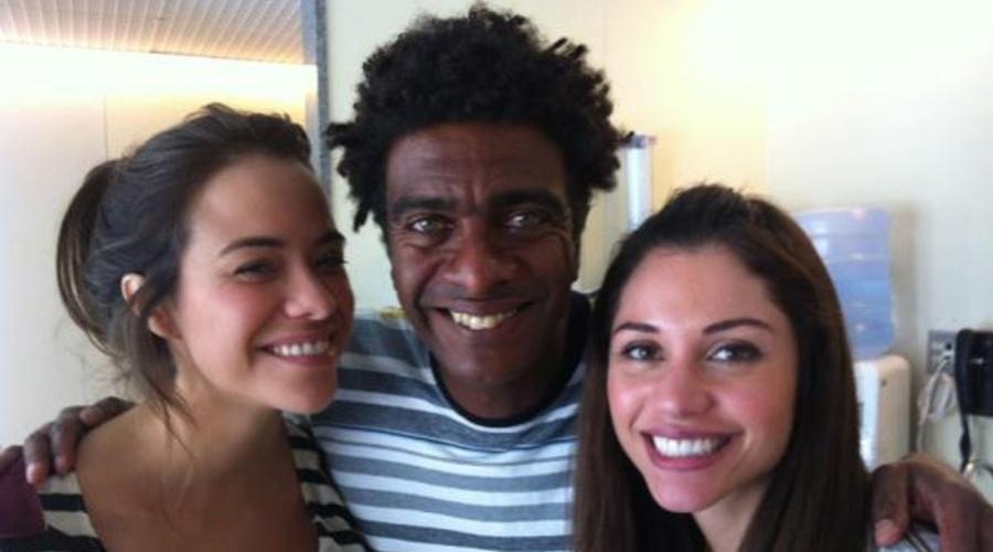 Hélio de La Peña posa ao lado de Miá Mello e da ex-BBB Maria (6/2/2012)