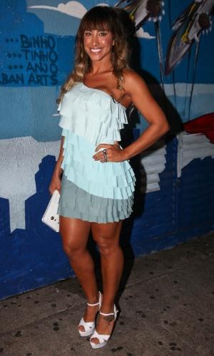 A panicat Jaque Khury exibe a boa forma em vestidinho azul (6/2/12)