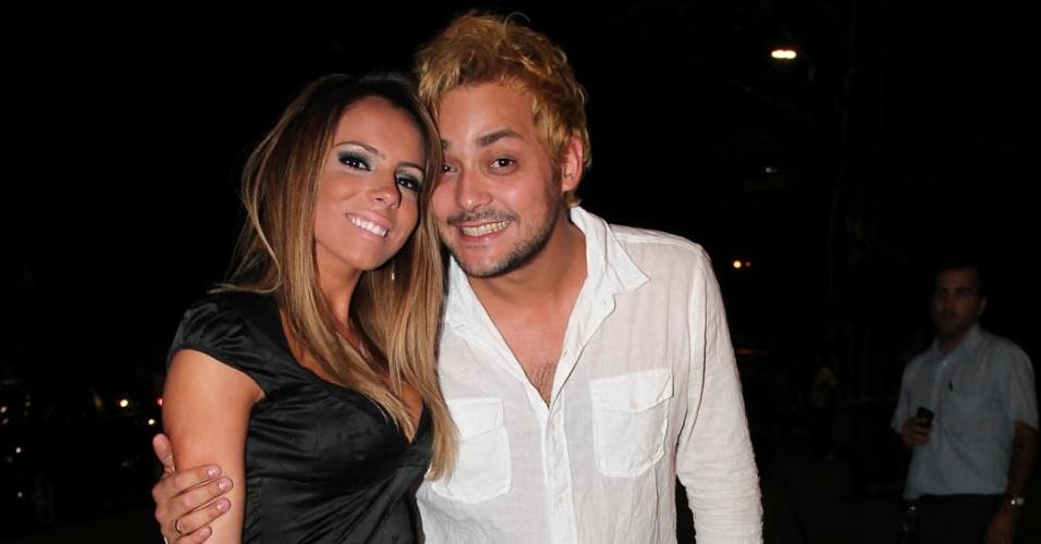 """Eduardo Sterblitch, o César Polvilho do """"Pânico"""", e a namorada, Raissa Machado, vão ao aniversário de Sabrina Sato em São Paulo (6/2/12)"""