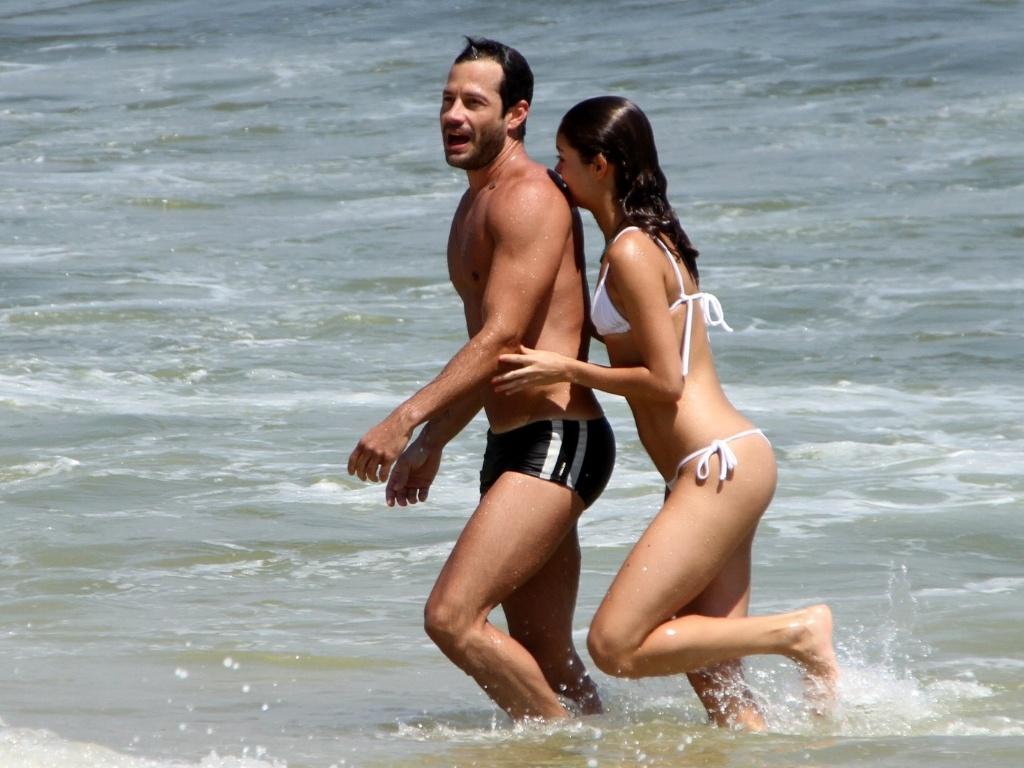 Após término, Malvino Salvador e Sophie Charlotte tomam banho de mar juntos na Barra da Tijuca, no Rio de Janeiro (8/2/12)