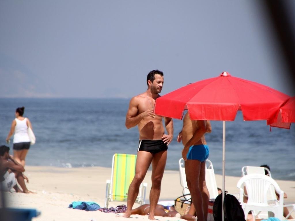 Malvino Salvador exibe a boa forma em praia carioca (8/2/12)
