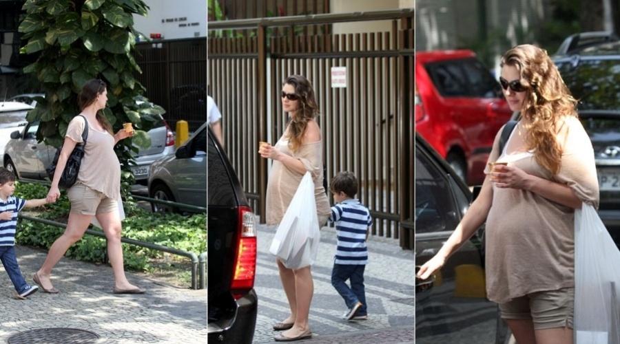 Lavínia Vlasak passeia com o filho, Felipe, por rua do Leblon, zona sul do Rio (9/2/2012)