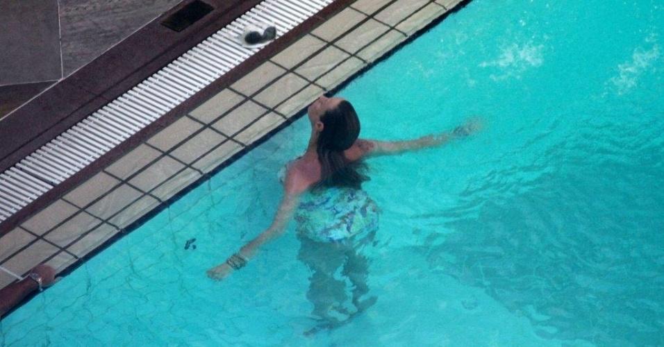 Luana Piovani curte piscina em hotel da zona sul do Rio (10/2/2012) A atriz está grávida de Dom, fruto do casamento com o surfista Pedro Scooby