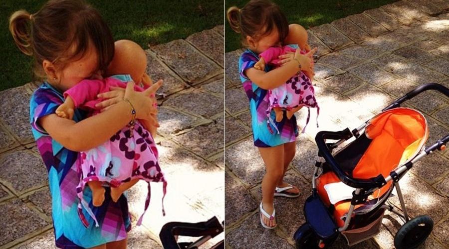 Rafaella Justus brinca de boneca no quintal de casa (10/2/2012)