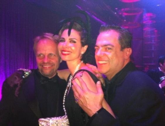 No Twitter, o cabeleireiro Marco Antônio de Biaggi posta foto ao lado da apresentadora Luciana Gimenez e do colorista Juha Antero no baile de Carnaval da