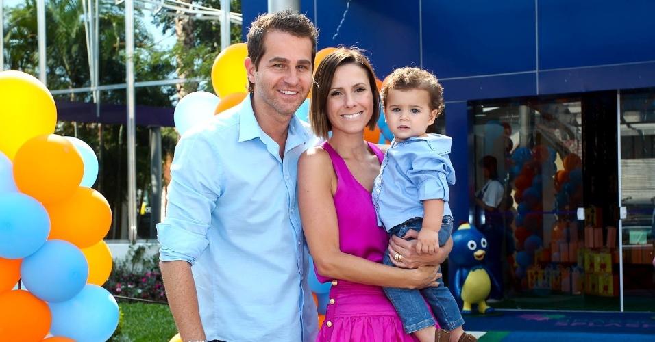 Afonso Nigro com a esposa Monica Salago e o filho, Bernardo, prestigiam o aniversário de três anos de Maria Eduarda, filha do apresentador Edu Guedes (15/2/2012)
