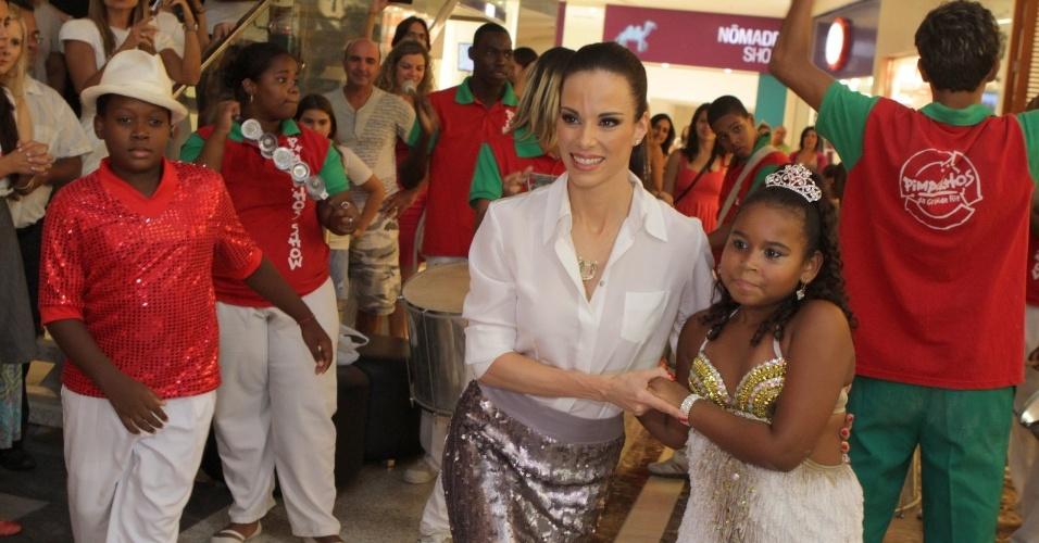 """Ana Furtado prestigia a exposição """"Pimpolhos da Grande Rio"""" realizada em shopping da zona oeste do Rio (15/2/2012)"""