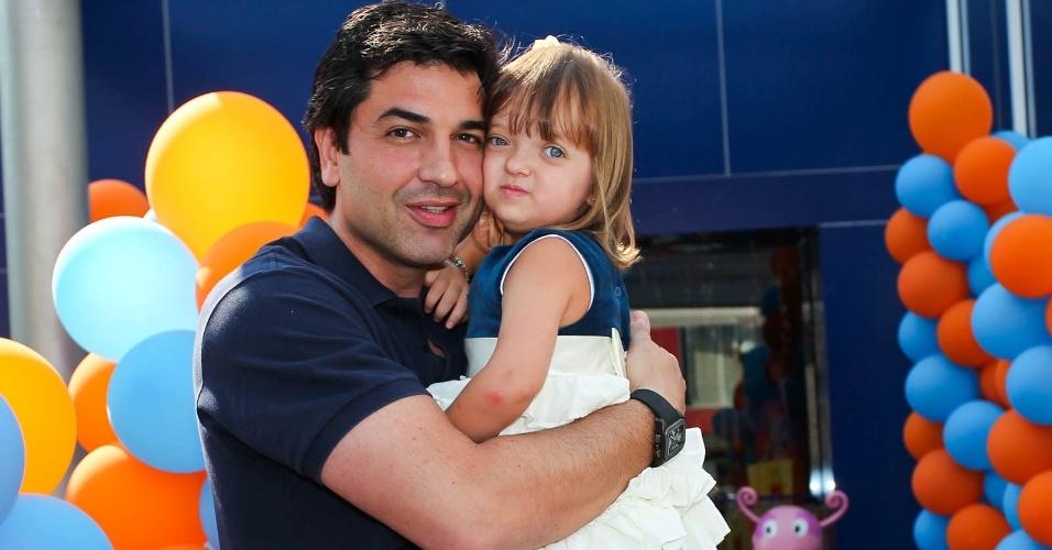 Edu Guedes posa com Rafaella Justus, filha de Roberto Justus e Ticiane Pinheiro (15/2/2012)