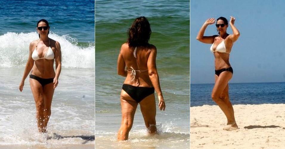 Luiza Brunet exibe boa forma aos 50 anos durante banho de mar em Ipanema. A modelo irá desfilar na escola Imperatriz Leopoldinense  (14/2/12)