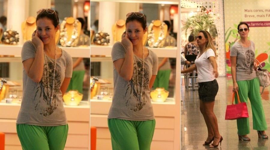 Paola Oliveira passeia em shopping da zona oeste do Rio (15/2/2012)