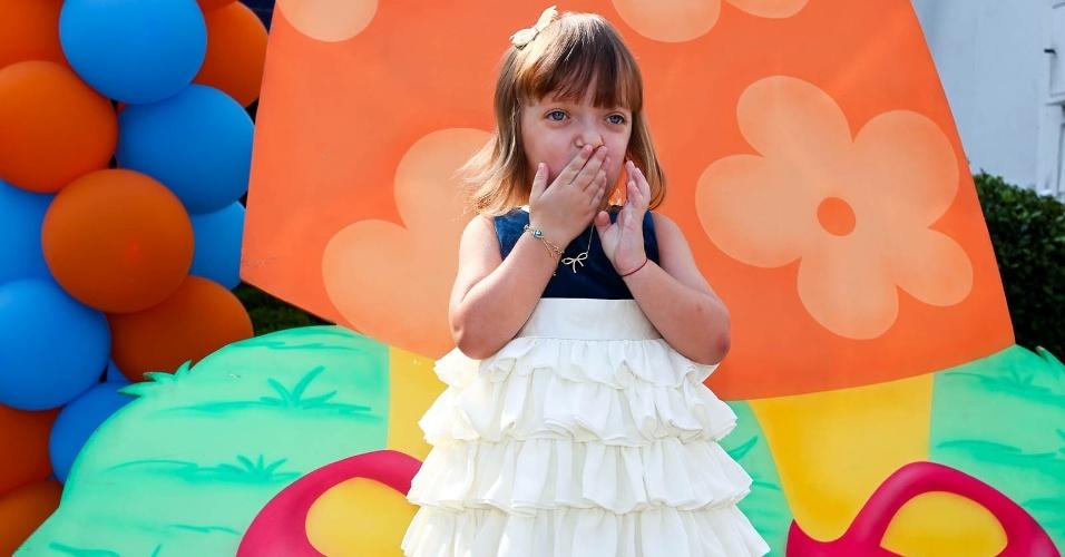 Rafaella Justus manda beijos para os fotógrafos (15/2/2012)