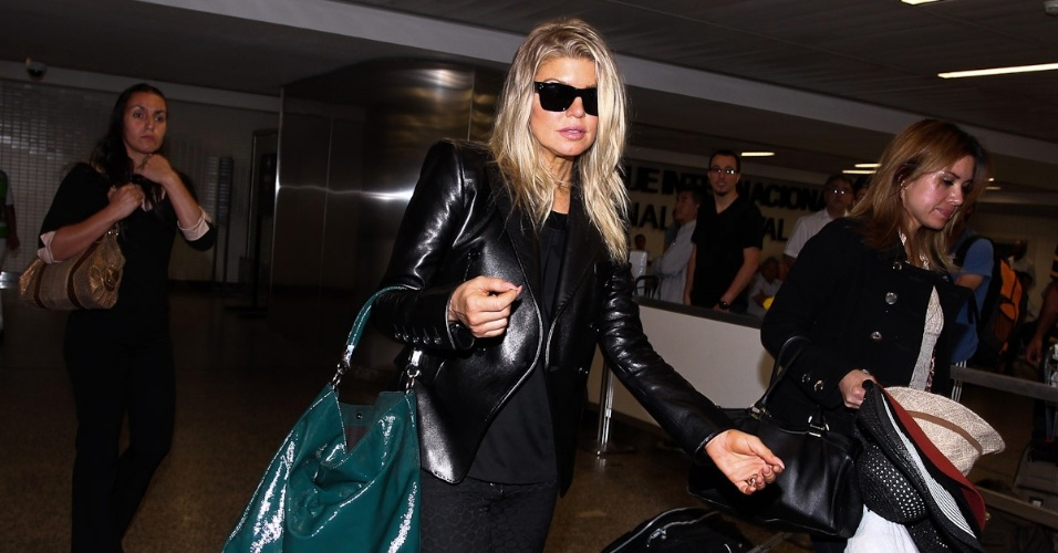 Cantora Fergie desembarca no Brasil, onde passará o Carnaval (16/02/12)