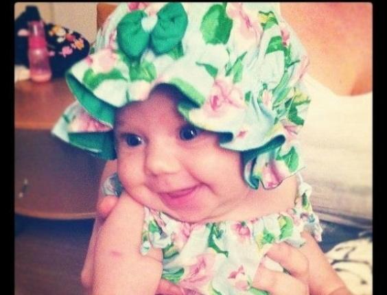 Carolinie posta foto da filha Bruna Luz no Twitter (15/2/12)
