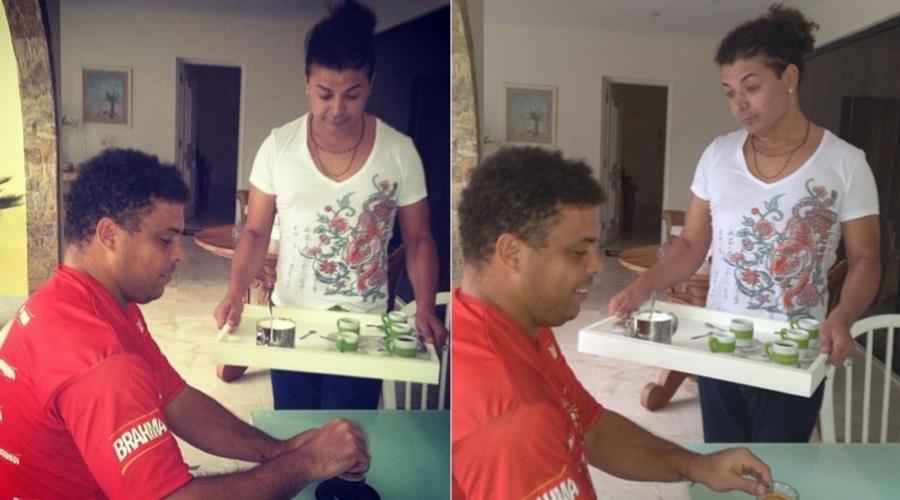 David Brazil serve café para o jogador Ronaldo (23/2/2012)