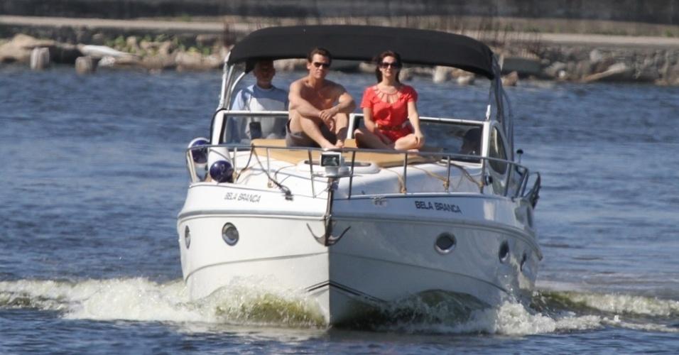 Josh Brolin passeia de barco com amiga no Rio de Janeiro (22/2/12)