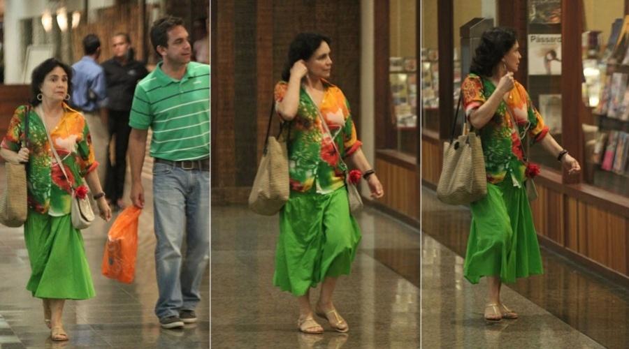 Regina Duarte passeia em shopping da zona oeste do Rio (23/2/2012)