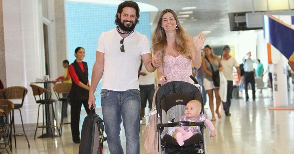 Iran Malfitano é clicado com a esposa, Elaine Albano, e com a filha, Laura, no aeroporto Santos Dumont, centro odo Rio (24/2/2012)